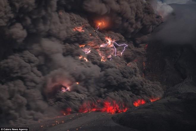Chiêm ngưỡng hiện tượng sét trong núi lửa cực hiếm