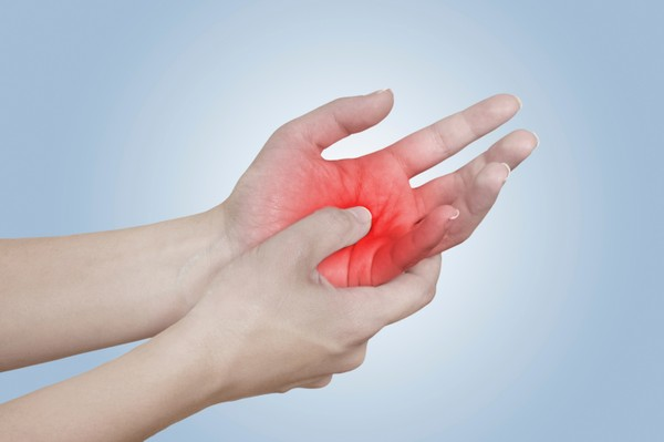Vắt chéo ngón tay giúp bạn quên đi đau đớn