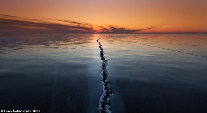 Vết nứt kỳ bí giữa hồ nước ngọt lớn nhất thế giới