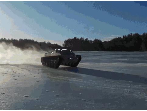 Màn trình diễn ấn tượng của cỗ xe tăng trên mặt hồ đóng băng