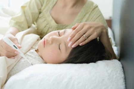 Trẻ bị sốt virus thường có biểu hiện sốt cao từ 39 đến 41 độ.