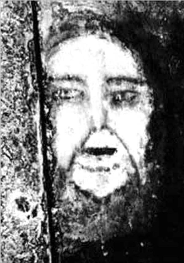 """Khuôn mặt """"ma quái"""" biết ẩn hiện trên sàn nhà"""