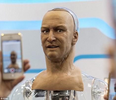 Robot giống y hệt người thật