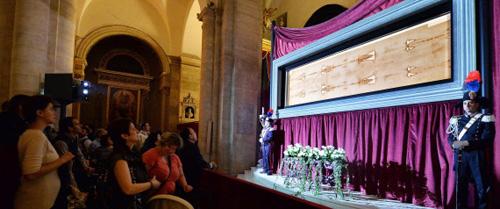 Trưng bày tấm vải liệm thành Turin ở nhà thờ Italy