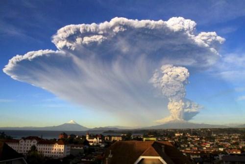 Núi lửa phun trào sau 50 năm, Chile sơ tán dân