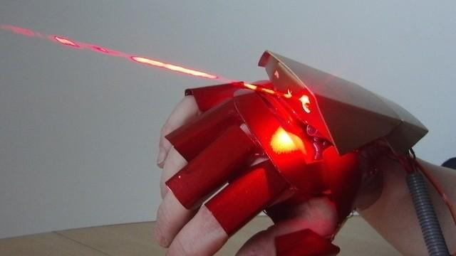 Găng tay laser tự chế y như của Ironman