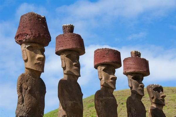 """Tiết lộ bí ẩn vết tích trên những chiếc """"mũ đá"""" tại đảo Phục Sinh"""