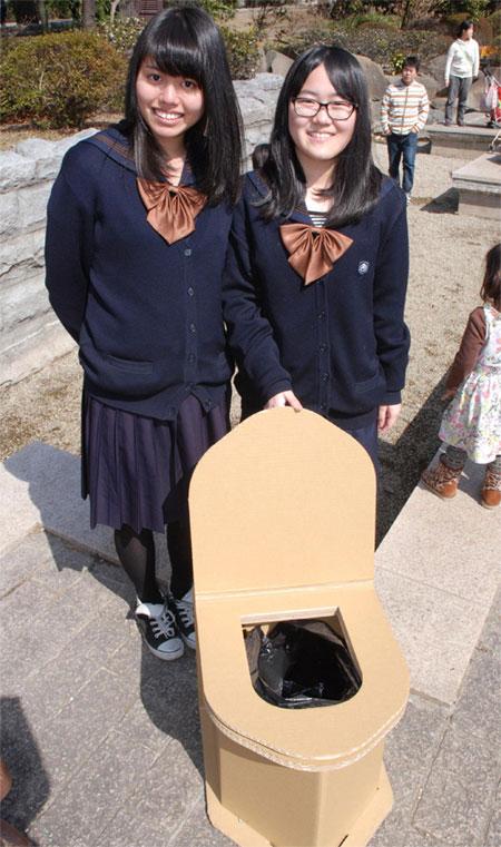 """Phát minh """"toilet khẩn cấp"""" của học sinh Nhật Bản"""