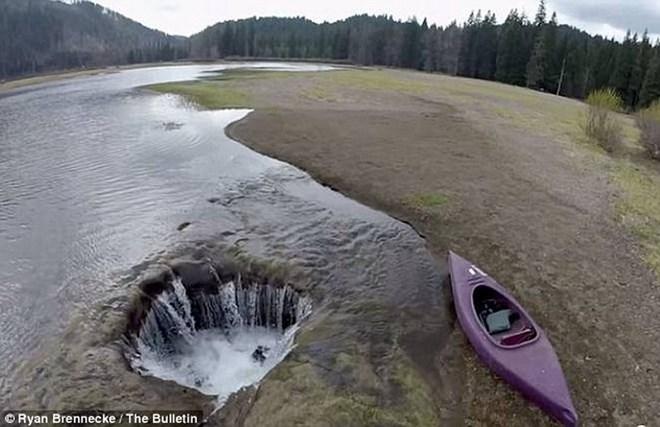 Bí mật chưa có lời giải dưới lòng hồ Lost ở Oregon