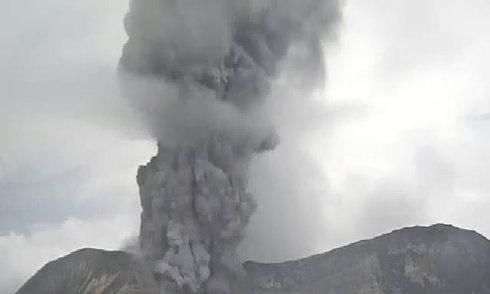 Núi lửa Turrialba phun cột tro bụi gần 2 km