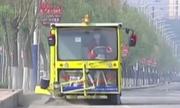 Công nhân vệ sinh chế tạo xe làm sạch đường phố ở Trung Quốc