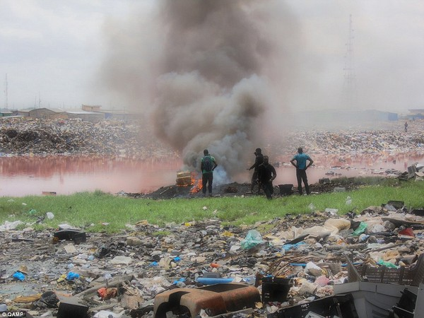 """""""Nghĩa địa"""" rác thải điện tử của phương Tây tại châu Phi"""