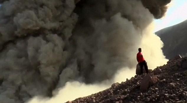 Núi lửa Telica bất ngờ phun ngay sát du khách tham quan