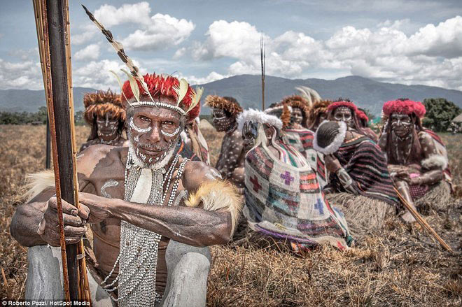 """Bộ lạc sống kiểu """"ăn lông ở lỗ"""" ở Indonesia"""