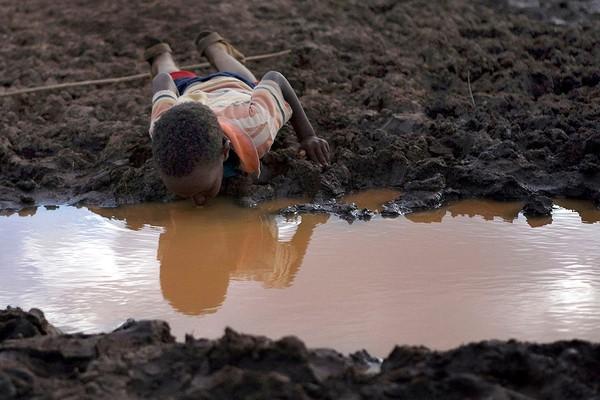 Chùm ảnh kinh hoàng về tình hình cạn kiệt nước sạch trên toàn thế giới
