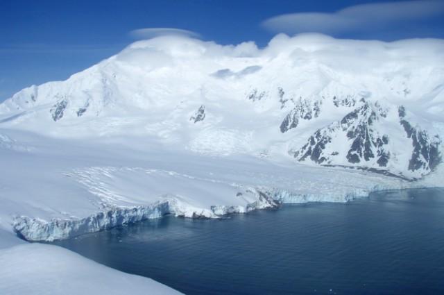 Một lượng băng 300km khối đột ngột tan chảy ở vùng bán đảo Nam Cực