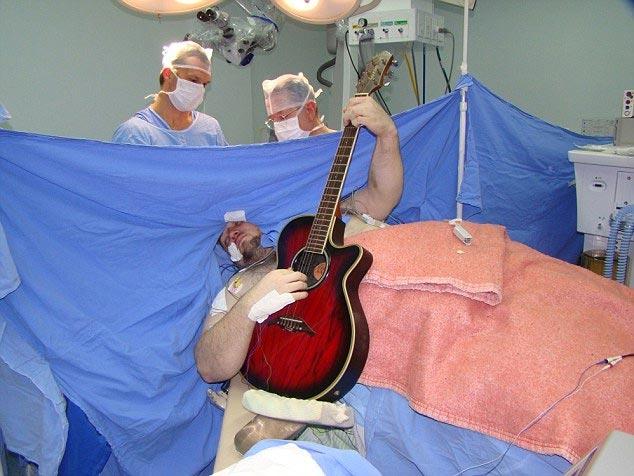Chơi đàn và hát trong lúc đang được phẫu thuật não