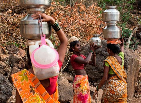 """Cuộc đời cơ cực của những người """"vợ nước"""" ở Ấn Độ"""