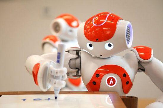 Robot luyện viết chữ cùng trẻ em