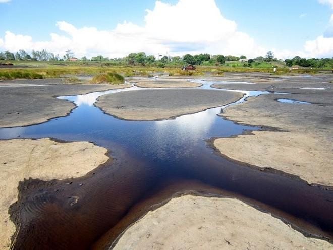 Chiêm ngưỡng cảnh tượng siêu thực ở hồ hắc ín lớn nhất thế giới