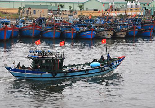 Ngư dân miền Trung chạy tránh bão