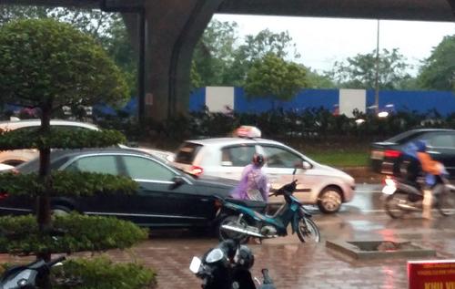 Hà Nội gió mạnh do ảnh hưởng của bão, nhiều xe máy bị quật ngã