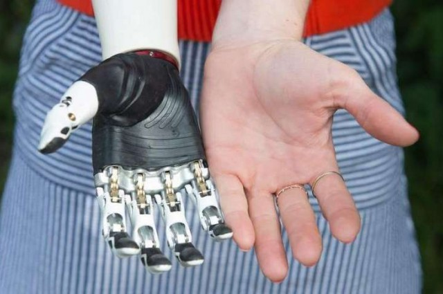 Chế tạo thành công tay robot cử động uyển chuyển như tay người thật