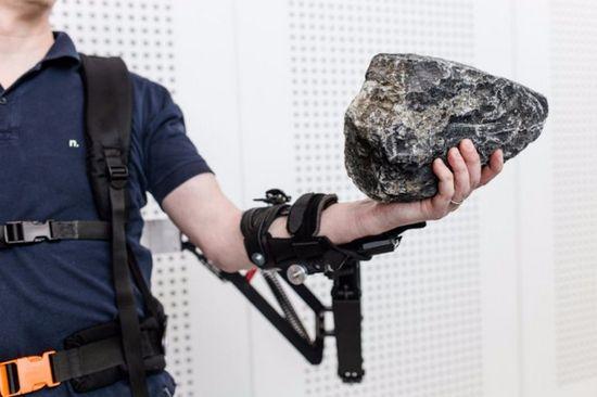 Khung xương robot Robo-Mate giúp nâng vật 10 kg chỉ như 1 kg