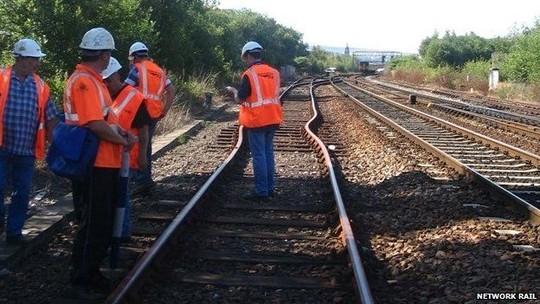 Nắng nóng bóp cong đường sắt ở Anh