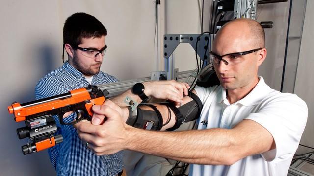 Bộ khung xương gắn tay giúp lính mới trở thành thiện xạ