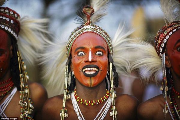Bộ tộc kỳ lạ nơi đàn ông mặc váy đi cướp vợ và thi sắc đẹp