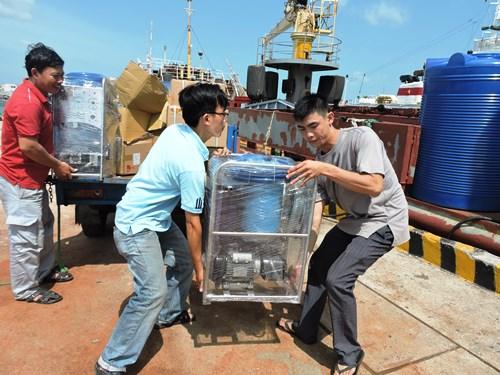 14 máy biến nước biển thành nước ngọt được đưa ra nhà giàn DK1