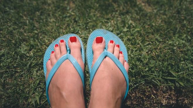 Giày thể thao, dép xỏ ngón, sandals đế bằng nguy hiểm cỡ nào?