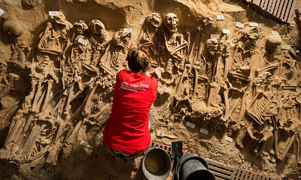 10 ngôi mộ tập thể đầy bí ẩn