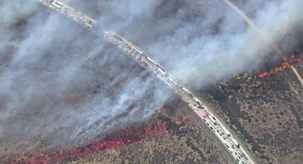 Cháy rừng lớn tại Mỹ thiêu rụi hàng chục xe trên đại lộ
