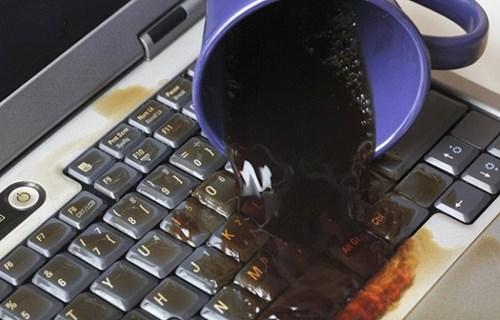 Cách xử lý khi lỡ đổ nước vào laptop