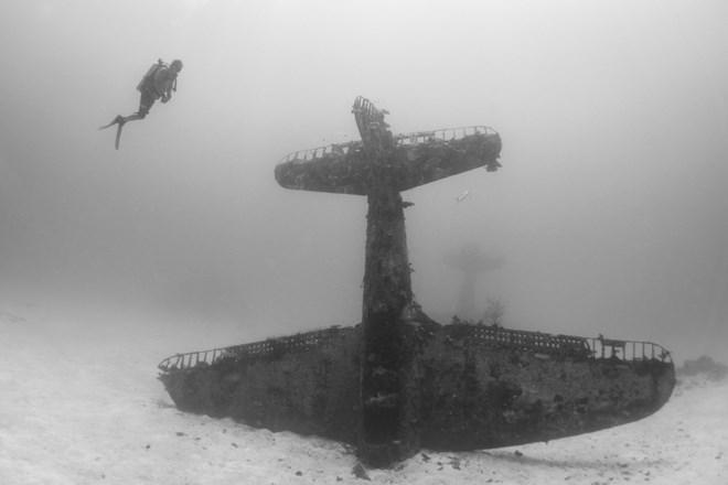 """""""Nghĩa địa"""" máy bay khổng lồ từ Thế Chiến II dưới đáy đại dương"""