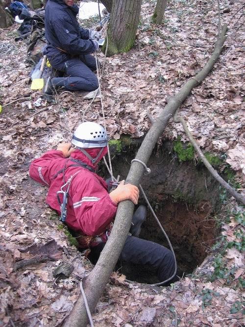 Những chiếc hố sâu bí ẩn trong rừng rậm ở Nga