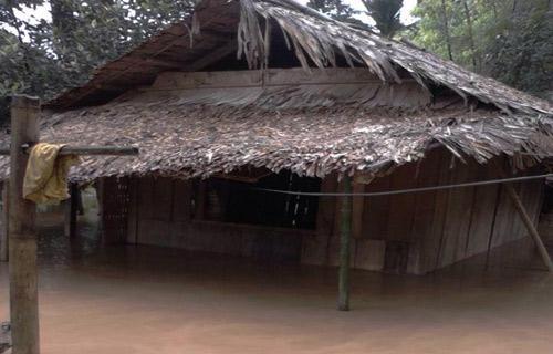 Sơ tán khẩn cấp hàng trăm hộ dân tránh lũ ở Thanh Hóa