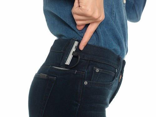 Sạc điện thoại di động trên quần jean
