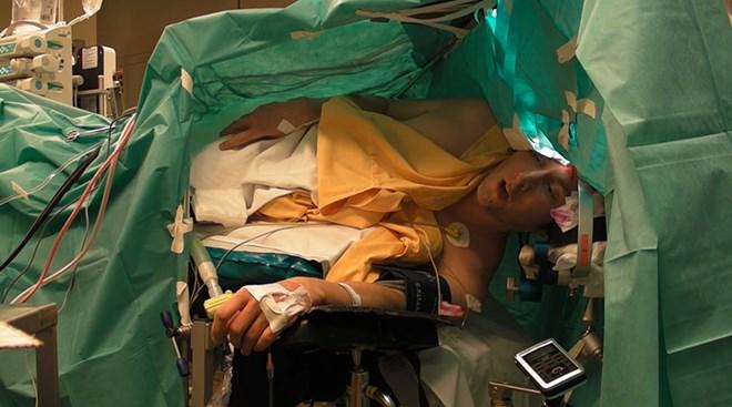 Ca sỹ thoải mái hát opera trong lúc phẫu thuật khối u não