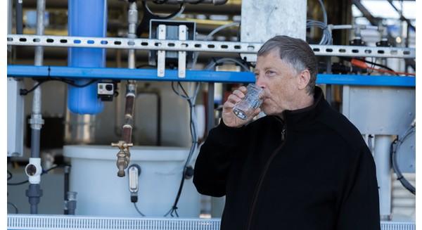 """Bill Gates mang chiếc máy biến """"phân"""" thành nước sạch tới châu Phi"""