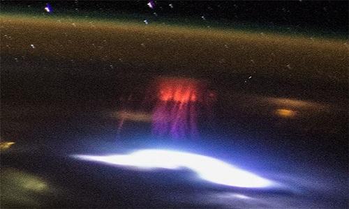 Hình ảnh rõ nét về sét dị hình màu đỏ được chụp từ Trạm vũ trụ Quốc tế