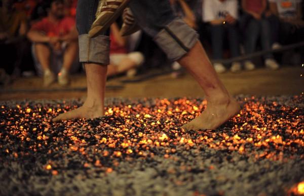 """Lý do """"bạn vẫn bình yên"""" khi đi chân trần trên thủy tinh, than hồng"""