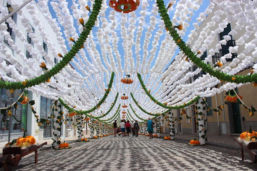 Độc đáo con đường phủ đầy hoa giấy ở Bồ Đào Nha