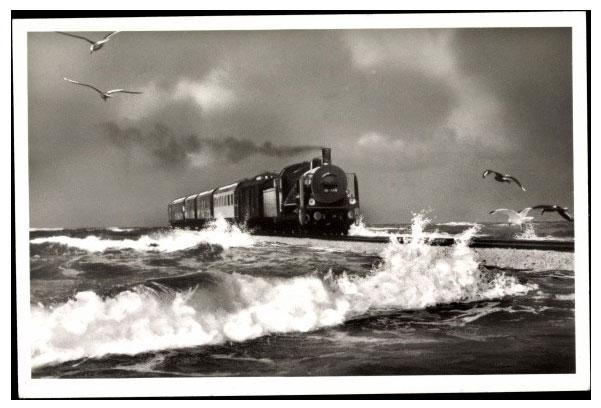 Cảnh tàu hỏa chạy giữa biển ở châu Âu