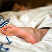 Thò chân ra ngoài sẽ dễ ngủ hơn