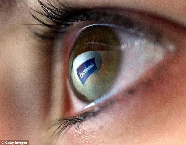 """Nghiên cứu mới cho thấy mạng xã hội là """"thuốc độc"""" trong tình yêu"""