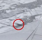 Video: Khoảnh khắc vật thể lạ suýt đâm máy bay chở khách giữa trời