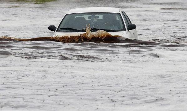 Đi giữa lòng đường giúp tránh được những chỗ nước ngập sâu.